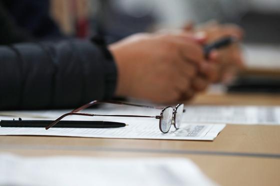 2020학년도 대학수학능력시험을 하루 앞둔 13일 오후 서울 마포구 일성여중고등학교에서 실시된 예비소집 전 교육에서 한 수험생의 돋보기가 안내문 위에 올려져 있다. [연합뉴스]