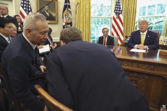 지난 10월 11일 도널드 트럼프 미국 대통령이 미 백악관에서 류허 중국 부총리와 함께 1단계 무역합의 달성을 발표했다. [AP=연합뉴스]