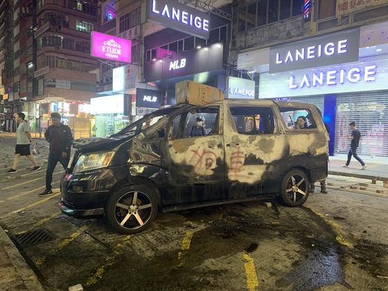 13일 홍콩 몽콕 거리에 경찰 잠복차량이 시위대에 의해 검게 불타 있다. 신경진 기자