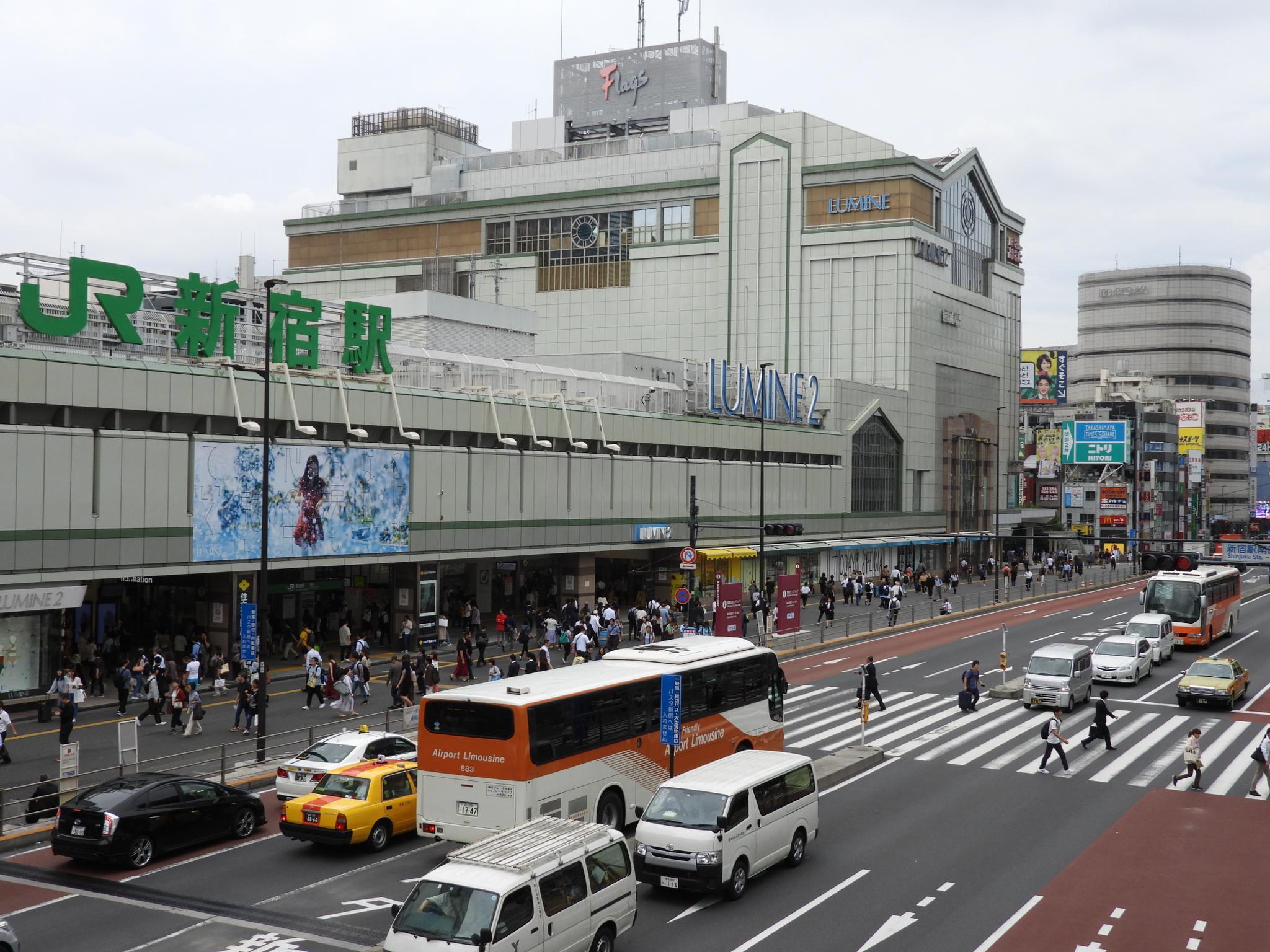 지난 7월 5일 일본 도쿄 중심가 신주쿠 역. 보행자나 차량 통행이 많았지만 공기는 깨끗했다. 강찬수 기자