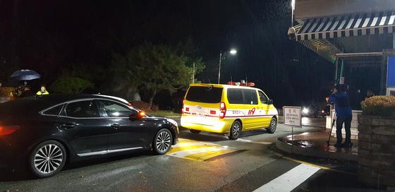 13일 오후 4시15분쯤 폭발사고가 발생한 대전 유성구 국방과학연구소로 119구급차가 들어가고 있다. 이날 사고로 연구원 1명이 숨지고 4명이 다쳤다. 신진호 기자