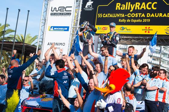 현대차 월드랠리팀이 13일(현지 시간) WRC 대회 종합우승을 확정짓고 환호하고 있다. [사진 현대차]