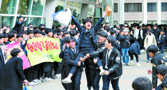 2020학년도 대학수학능력시험을 하루 앞둔 13일 오전 서울 강남구 중동고등학교에서 수능예비소집에 나서는 수험생들이 1, 2학년 후배들의 응원을 받으며 나서고 있다. [연합뉴스]