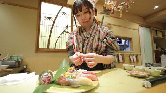 '나데시코 스시'의 치즈이 유키 점장이 초밥을 만들고 있다. [페이스북]