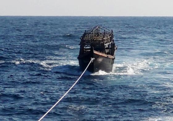 8일 오후 해군이 동해상에서 북한 오징어잡이 목선을 동해 NLL 해역에서 북측에 인계했다. 이 목선은 16명의 동료 선원을 살해하고 도피 중 군 당국에 나포된 북한 주민 2명이 타고 있던 배다. [뉴스1]