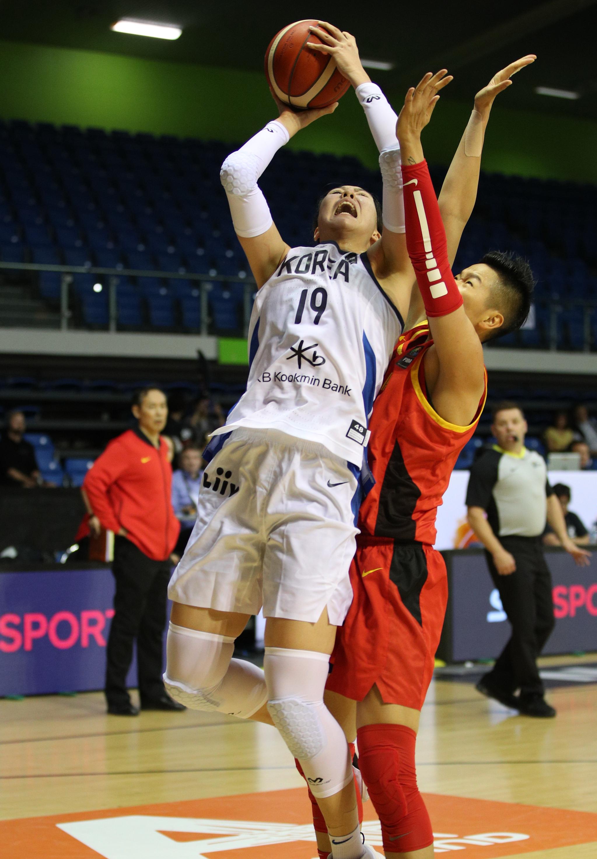 한국여자농구 센터 박지수가 14일 중국선수를 상대로 골밑슛을 시도하고 있다. [사진 대한농구협회]