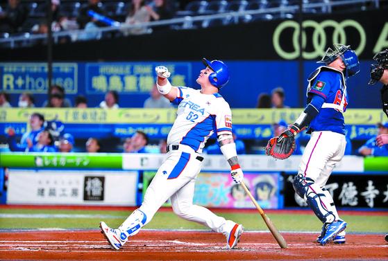 한국 야구대표팀 4번 타자 박병호가 프리미어12에서 장타를 터뜨리지 못하고 있다. 타율과 장타율이 각각 0.167이다. 12일 대만전에서 타구가 높이 뜨자 이를 쳐다보는 박병호. [연합뉴스]