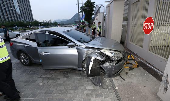 지난해 6월 7일 오후 서울 광화문 주한미국대사관 차량 출입문에 승용차 한 대가 돌진, 철제 게이트를 들이받고 멈춰서 있다. [연합뉴스]