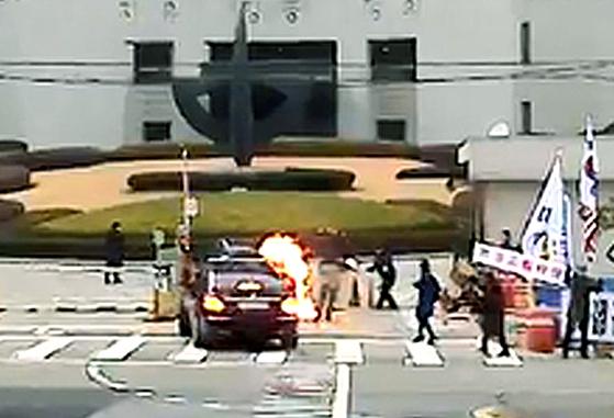 2018년 11월 27일 오전 서울 서초구 대법원 앞에서 70대 한 남성이 김명수 대법원장이 타고 있는 출근차량에 화염병을 투척해 불길이 번지고 있다. [사진 독자=연합뉴스]