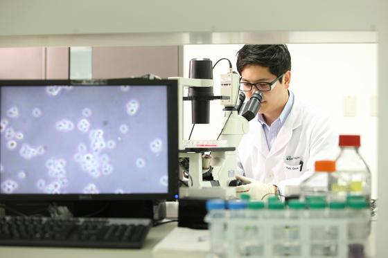 셀트리온의 인천 송도 연구소에서 한 연구원이 신약 관련 실험을 하고 있다. 셀트리온은 국내 1호 항체 바이오시밀러 '램시마'를 보유하고 있다.  [사진제공=셀트리온]