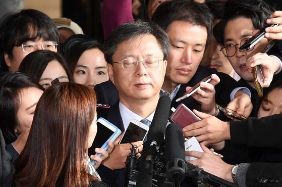 2016년 11월 횡령과 직권남용 혐의로 수사의뢰된 우병우 전 청와대 민정수석이 서울 중앙지검으로 피의자 신분으로 출석하며 취재진의 질문을 받고 있던 모습. [사진공동취재단]