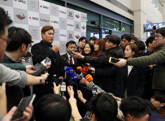 류현진과 아내 배지현씨가 14일 인천공항을 통해 입국했다. 인천=김민규 기자