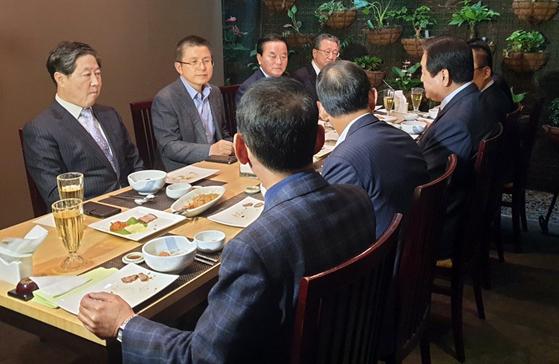 자유한국당 황교안 대표가 14일 여의도의 한 음식점에서 영남권 중진의원들과 오찬을 하고 있다. [연합뉴스]