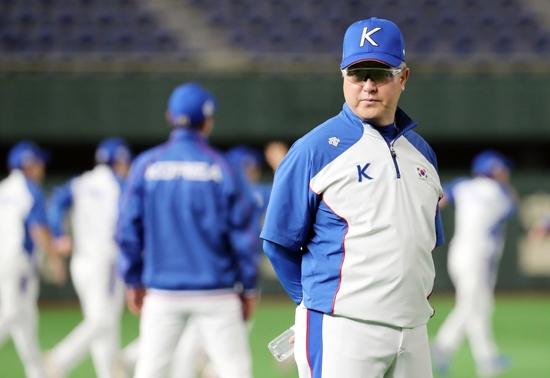 14일 일본 도쿄돔에서 김경문 야구대표팀 감독이 선수들의 훈련을 지켜보고 있다. 연합뉴스 제공