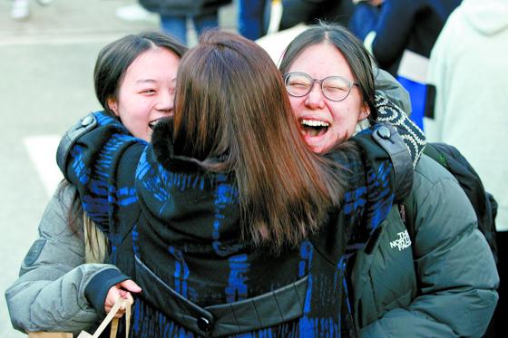 2020학년도 대학수학능력시험이 치러진 14일 오후 서울 순화동 이화외고에서 시험을 마친 수험생이 마중 나온 가족과 웃으며 만나고 있다. [뉴스1]