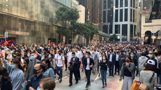 """15일 오후 홍콩 센트럴에서 직장인들이 나흘째 '함께 점심을"""" 시위를 벌이고 있다. 이들은 경찰의 폭력 진압을 규탄했다. 신경진 기자"""