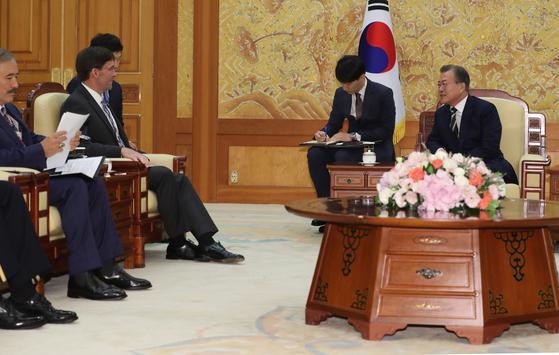 문재인 대통령(오른쪽)이 지난 8월 9일 청와대에서 마크 에스퍼 미국 국방부 장관을 접견하고 있다. [청와대사진기자단]