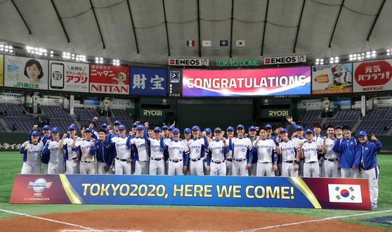 올림픽 진출을 확정지은 뒤 기념 사진 촬영을 하는 한국 야구 대표팀. [도쿄=뉴스1]