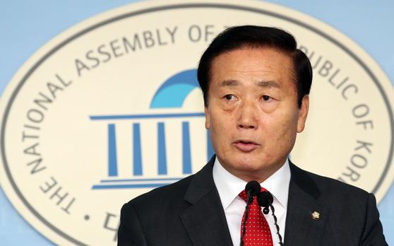 김성찬 자유한국당 의원(경남 창원시 진해구)이 15일 서울 여의도 국회 정론관에서 21대 총선 불출마선언을 하고 있다. 뉴스1
