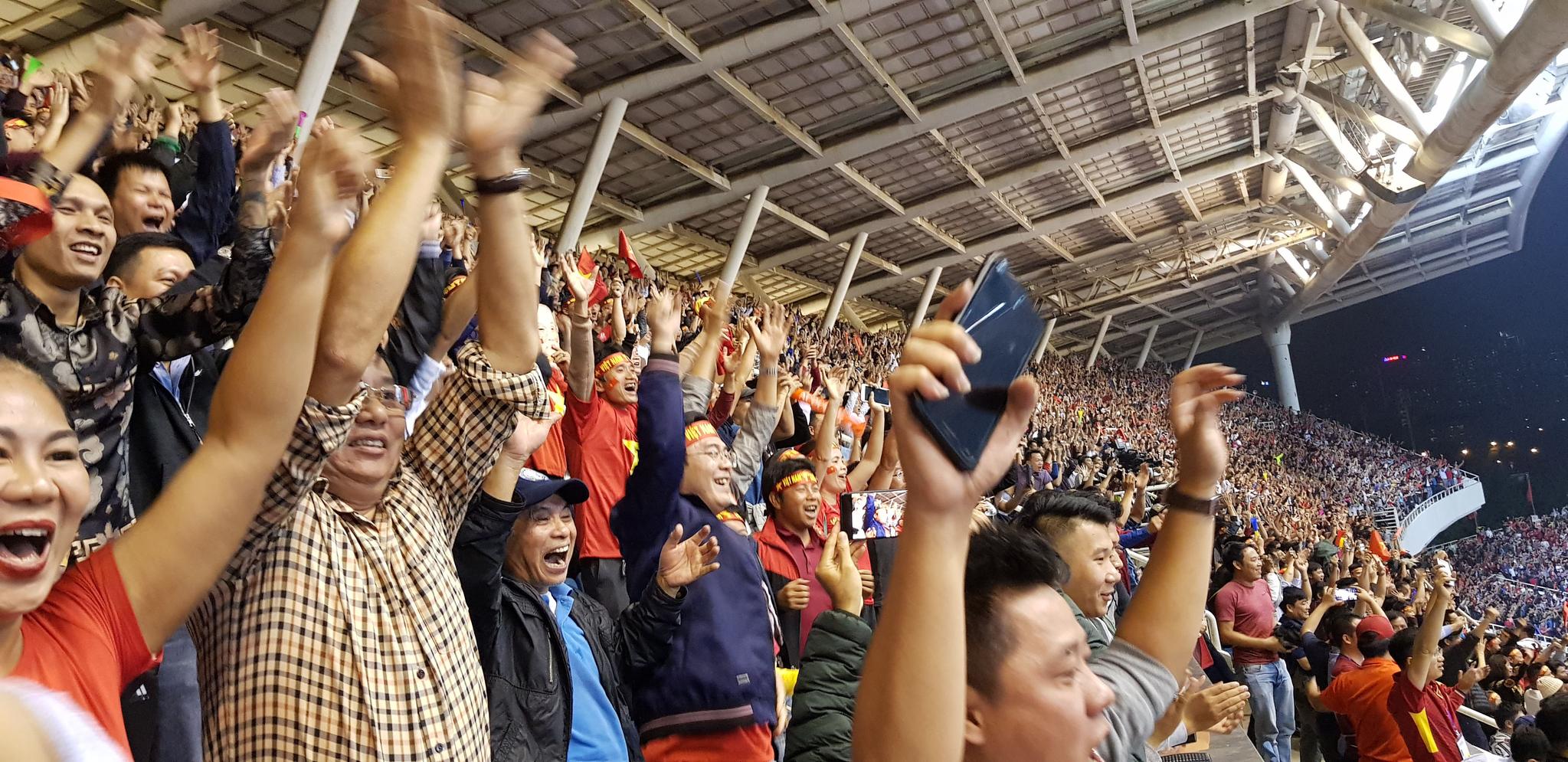 박항서 감독이 이끄는 베트남 축구 대표팀이 14일 베트남 하노이 미딘국립경기장에서 아랍에미리트를 상대로 한 2022년 카타르 월드컵 아시아 2차전 G조 4차전에서 전반 종료 직전 선취골을 기록하자 베트남 축구팬들이 환호하고 있다.[연합뉴스]
