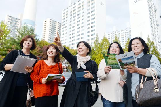 대전시 서구 관저1동은 대전지역 5개구 79개 동 가운데 유일하게 통장이 모두 여성들로 구성됐다. 통장들이 지난달 말 동사무소 근처에서 만나 환하게 웃고 있다. 프리랜서 김성태
