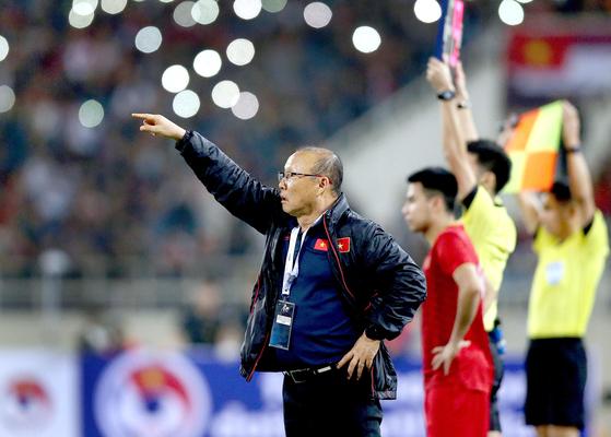 14일 베트남-UAE 경기가 열린 하노이 미딩경기장에서 박항서 감독이 작전지시를 하고 있다.[EPA=연합뉴스]