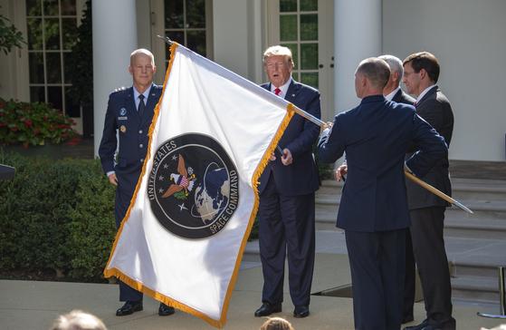 지난 8월 29일(현지시간) 미국 백악관에서 우주사령부 창설 행사가 열렸다. 이날 행사엔 도널드 트럼프 미 대통령(왼쪽 두번째)과 존 레이먼드 초대 사령관(왼쪽) 등이 참석했다. 우주사령부는 2002년 통합전략사령부에 통합된 뒤 17년 만에 부활했다. [EPA=연합뉴스]