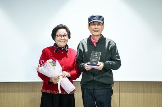 맥도날드는 8일 서울 종로구 본사에서 임갑지(오른쪽)씨의 은퇴식을 열고 감사패를 전달했다고 13일 밝혔다. [연합뉴스]