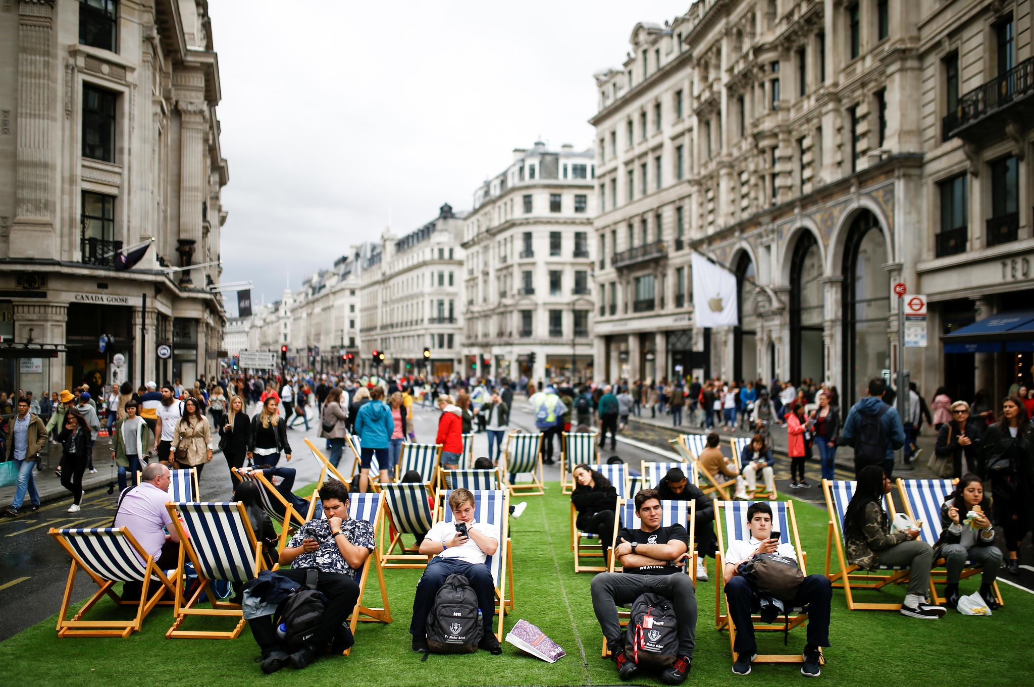 지난 9월 22일(현지시간) '차 없는 거리의 날' 행사가 열린 런던 대표 쇼핑가 리젠트거리에서 시민들이 의자에 앉아 쉬고 있다. [로이터=연합뉴스]