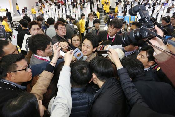 방준혁 넷마블 의장이 14일 부산 벡스코 '지스타 2019'에서 기자들에게 질문 공세를 받고 있다. [사진 넷마블]