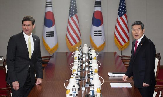 정경두 국방장관(오른쪽)과 마크 에스퍼 미 국방장관이 15일 서울 용산구 국방부에서 열린 제51차 한·미 안보협의회(SCM) 고위회담에 참석하고 있다. [뉴시스]
