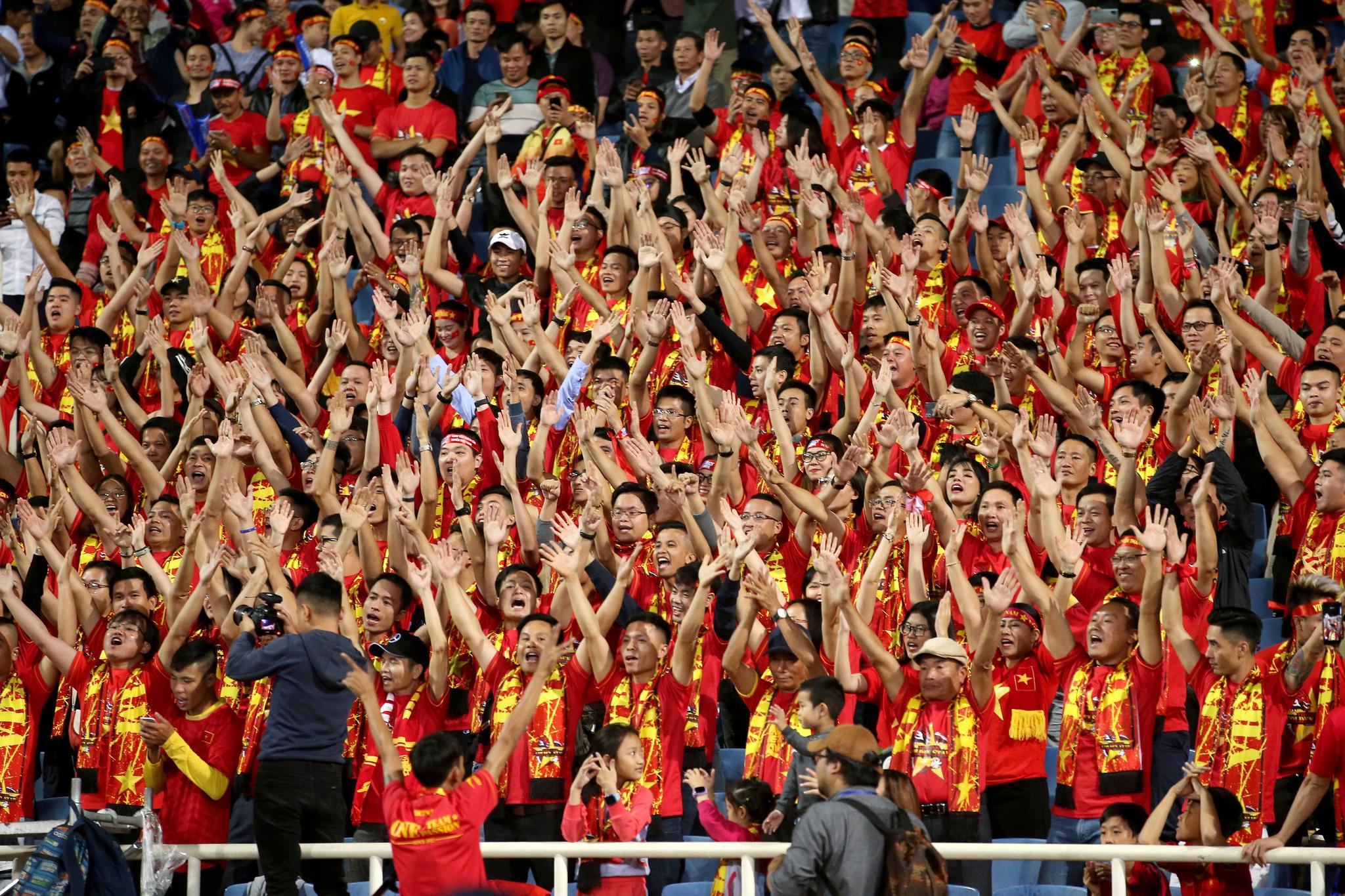 베트남축구팬들이 14일 아랍에미리트와 월드컵 2차예선 홈경기에서 단체응원을 펼치고 있다.[EPA=연합뉴스]