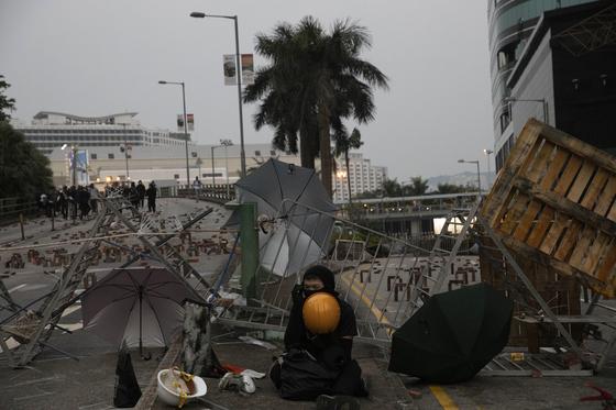 홍콩 반정부시위대가 14일 홍콩과기대 캠퍼스 입구에 바리케이트를 친 뒤 통행을 막아서고 있다. [AP=연합뉴스]