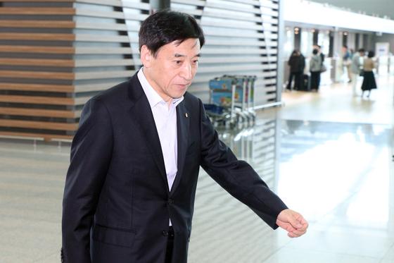이주열 한국은행 총재가 미국 워싱턴에서 열리는 주요 20개국(G20) 재무장관, 중앙은행 총재 회의에 참석하기 위해 17일 인천국제공항을 통해 출국하고 있다. [뉴스1]