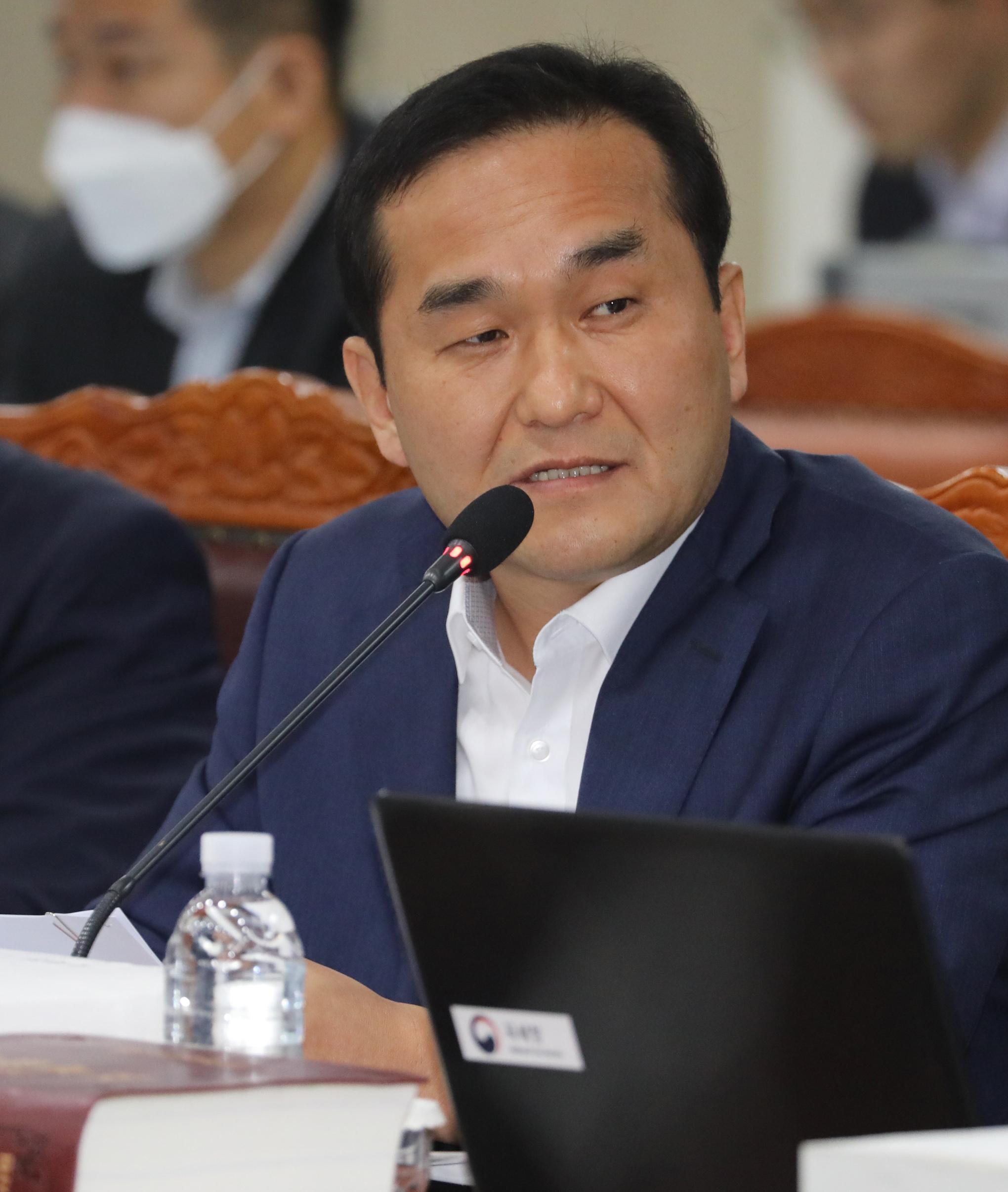 엄용수 자유한국당 의원이 지난달 10일 정부세종2청사 국세청에서 열린 국회 기획재정위원회의 국세청에 대한 국정감사에서 질의를 하고 있다. [뉴스1]