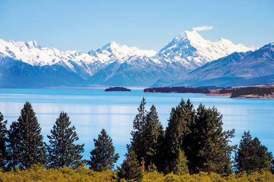 한진관광이 직항 전세기를 이용해 뉴질랜드 대자연의 신비를 만끽할 수 있는 상품을 내놓았다. 남·북섬을 돌아볼 수 있는 일반 상품과 트레킹 상품으로 구성됐다. 사진은 남섬 해발 518~ 532m에 위치한 고산호수 푸카키. [사진 한진관광]