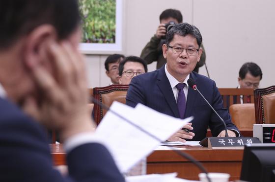 김연철 통일부 장관이 15일 국회에서 열린 외교통일위원회 전체회의에서 의원들 질의에 답하고 있다.  임현동 기자