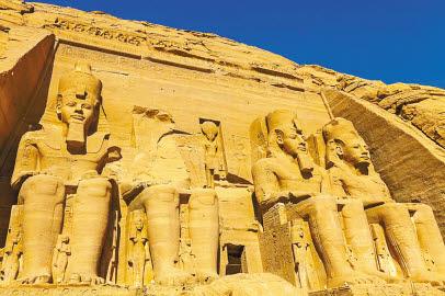 람세스 2세가 건축한 아부심벨 대신전의 전경. 전면을 가득 메운 거대한 4개의 조각상이 람세스 2세다. 1960년대 초반 아스완댐이 건설되며 수몰 위기에 처하자 유네스코 주도로 세계적인 캠페인을 전개해 현재 위치로 옮겼다. [사진 롯데관광]