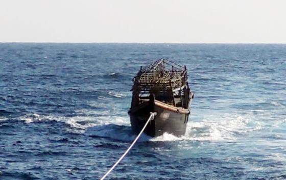 8일 오후 해군이 동해상에서 북한 목선을 북측에 인계하기 위해 예인하고 있다.   해당 목선은 16명의 동료 승선원을 살해하고 도피 중 군 당국에 나포된 북한 주민 2명이 승선했던 목선으로, 탈북 주민 2명은 전날 북한으로 추방됐다. [연합뉴스]
