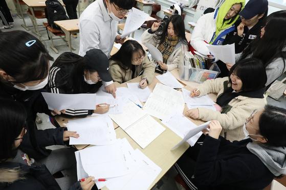 15일 대구 수성구 범어동 대구여고 3학년 교실에서 수험생들이 한국교육과정평가원 홈페이지에 공개된 2020학년도 대학수학능력시험 문제와 정답을 출력해 수능 문제풀이와 가채점을 하고 있다. [뉴스1]