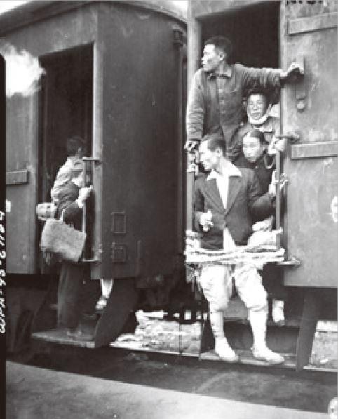 <사진 37> 기차에 탄 승객들. [출처 국사편찬위원회]