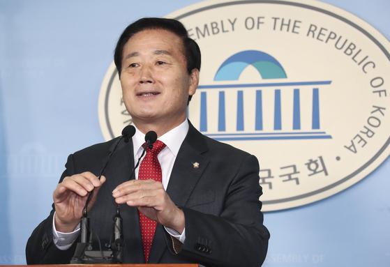 김성찬 자유한국당 의원이 15일 오전 국회 정론관에서 불출마 기자회견을 하고 있다.  임현동 기자