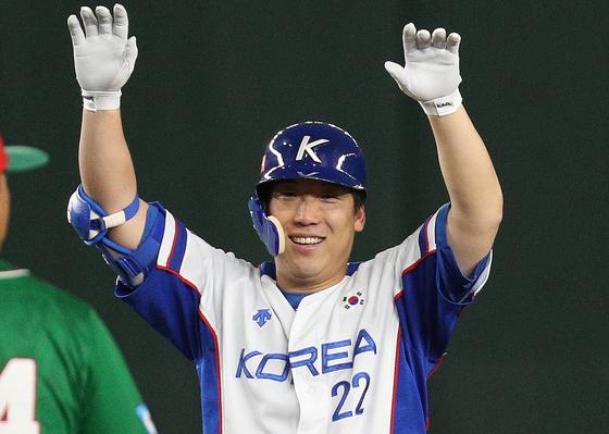 5회 말 2사 만루에서 쐐기 3타점 2루타를 때린 뒤 환하게 웃는 김현수.