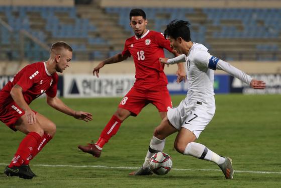 레바논 수비진을 상대로 돌파를 시도하는 축구대표팀 에이스 손흥민(맨 오른쪽). [연합뉴스]