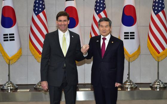 정경두 국방부 장관과 마크 에스퍼 미 국방부 장관이 15일 서울 국방부에서 열린 제51차 한미안보협의회(SCM)에 앞서 기념촬영을 하고 있다. [뉴스1]