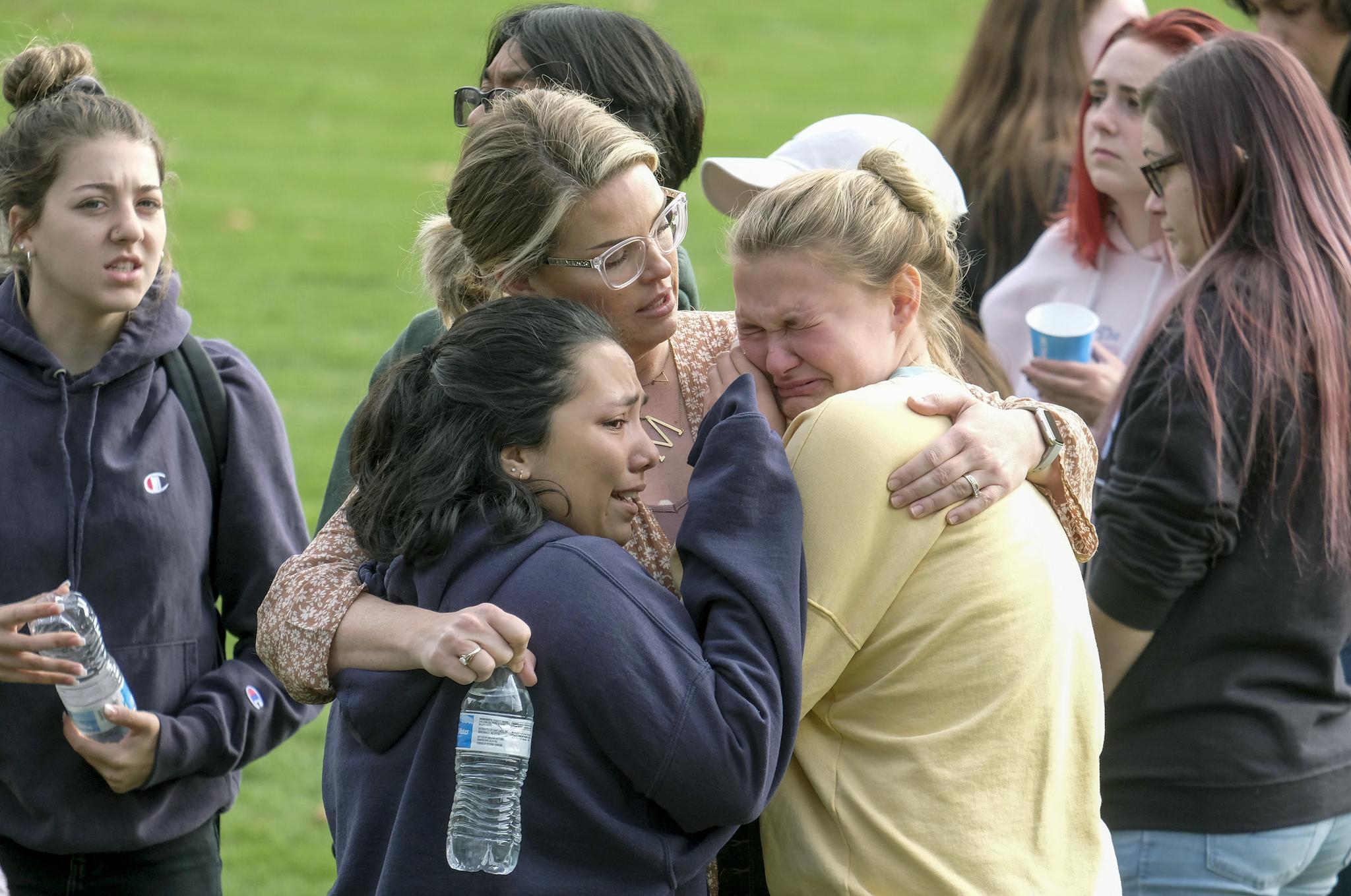 14일(현지시간) 미국 캘리포니아주 로스앤젤레스(LA) 북서쪽 도시인 샌타클라리타의 소거스고등학교에서 총기난사 사건이 발생했다. 소거스고등학교 학생이 가족과 만나며 울음을 터뜨리고 있다. [AP=연합뉴스]