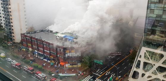 15일 서울 서초동 진흥종합상가에 불이 나 연기가 피어오르고 있다. [뉴스1]