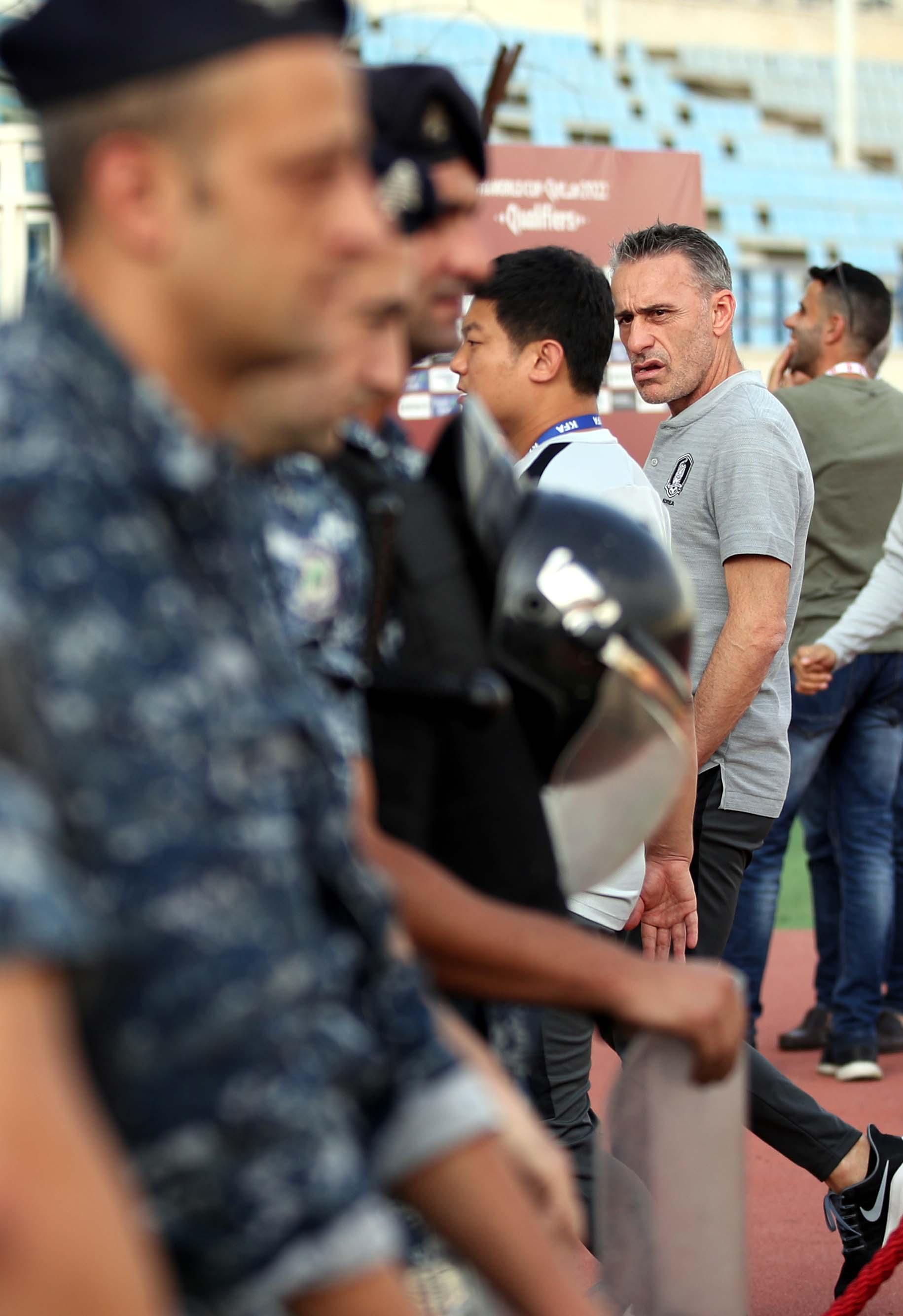 벤투 한국 축구대표팀 감독이 14일 레바논 베이루트에서 열리는 2022년 카타르 월드컵 2차 예선 4차전 레바논전 무관중 경기에 앞서 그라운드를 확인한 뒤 경찰병력을 바라보고 있다. 반정부 시위 악화 등 안전상의 이유로 무관중 경기로 치러졌다. [뉴스1]