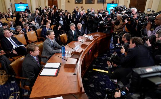 빌 테일러 우크라이나 주재 미국대사 대행(왼쪽)과 조지 켄트 국무부 유럽유라시아 담당 부차관보가 13일(현지시간) 미 하원에서 열린 도널드 트럼프 대통령 탄핵조사 공개 청문회에 참석했다. [로이터=연합뉴스]