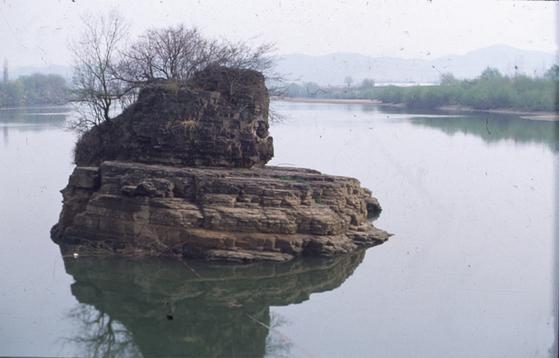 '반경 20리 내에 부자가 난다'는 전설이 깃든 경남 의령에 있는 '솥 바위'. [중앙 포토]